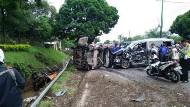 kecelakaan-beruntun-di-purwodadi-pasuruan-696x392